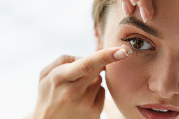 gospa potrebuje kapljice za oči, ker ji leče dražijo oči