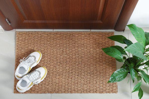 če vas muči alergija na trave, pustite po sprehodu čevlje pred vrati